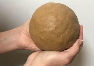 Kugel durch Stücken Ton entstanden