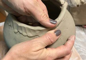Kunst Therapie Atelier | Epochenarbeit- Gefäss durch Aufbautechnik in Keramik | A. Tanja Stögermair